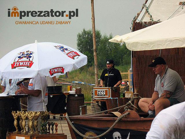 Imprezator jako dj i prezenter muzyczny prowadzi imprezę sportową Puchar Polski StrongMan